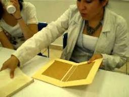 encuadernadora de libros, Se llama encuadernación a la acción de coser, pegar, grapar o fijar varias hojas sueltas o pliegos o cuadernos generalmente de papel y ponerles cubiertas.
